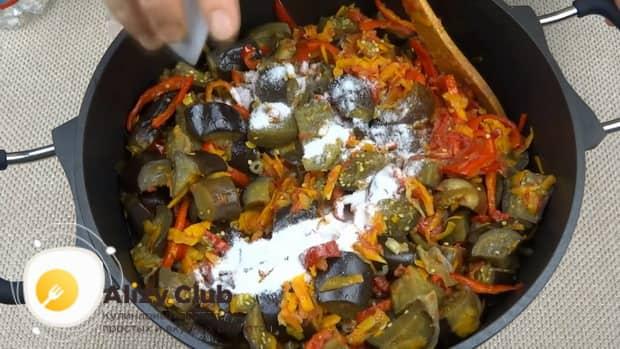 Для приготовления лечо с баклажанами помидорами и перцем, добавьте соль