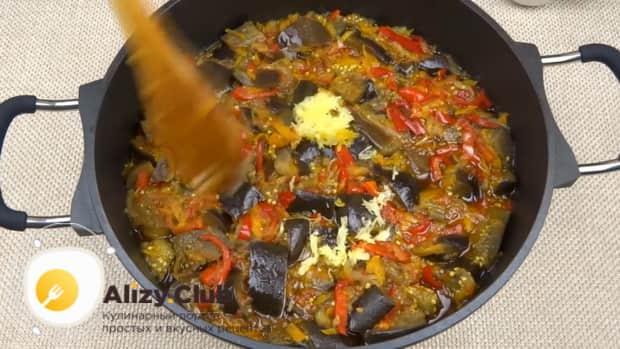 Для приготовления лечо с баклажанами помидорами и перцем, добавьте чеснок