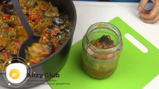 Для приготовления лечо с баклажанами помидорами и перцем, подготовьте посуду