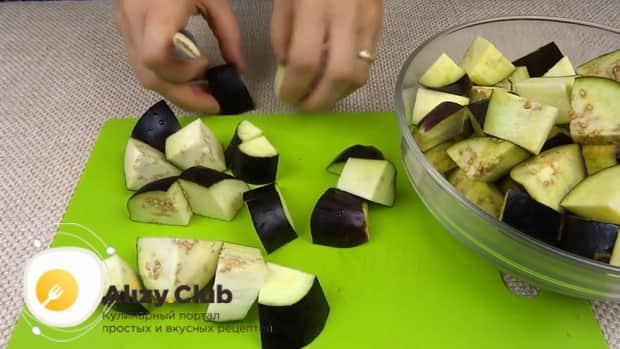 Для приготовления лечо с баклажанами помидорами и перцем, подготовьте ингредиенты.