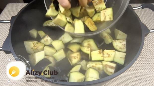 Для приготовления лечо с баклажанами помидорами и перцем, приготовьте кипяток.
