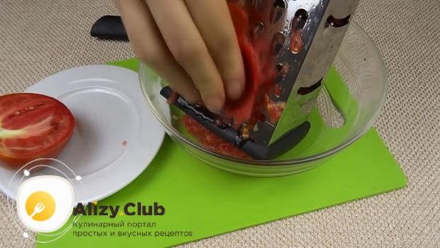 Для приготовления лечо с баклажанами помидорами и перцем, натрите помидоры