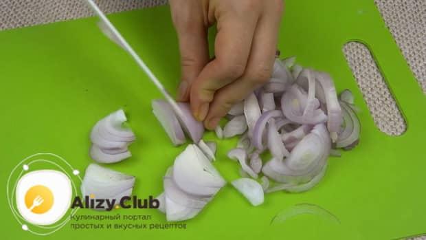 Для приготовления лечо с баклажанами помидорами и перцем, нарежьте лук