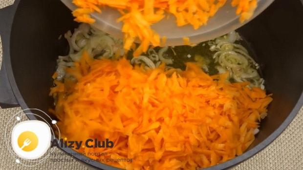 Для приготовления лечо с баклажанами помидорами и перцем, обжарьте морковь