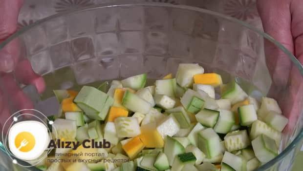 Для приготовления кабачков запеченные в духовке с фаршем нарежьте овощи