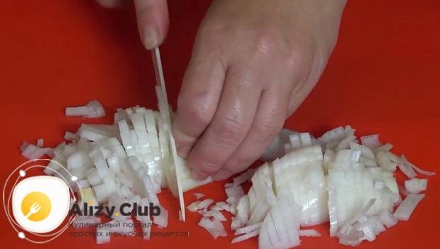 Для приготовления кабачков запеченные в духовке с фаршем нарежьте лук