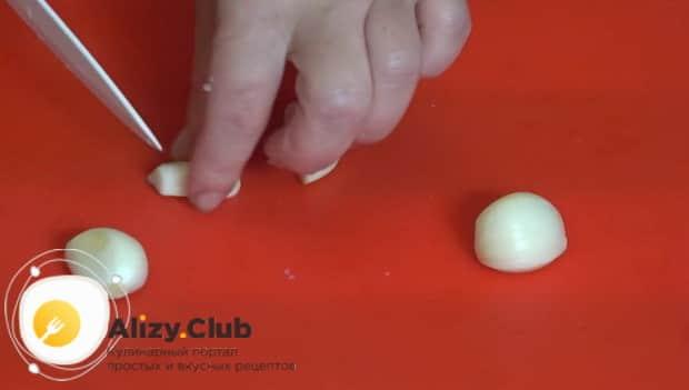 Для приготовления кабачков запеченные в духовке с фаршем нарежьте чеснок