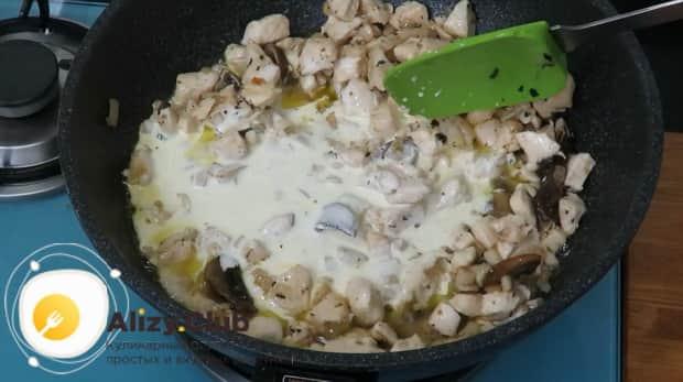Для приготовления макароны с грибами добавьте сливки