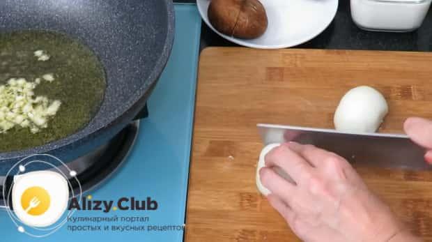Приготовьте макароны с грибами в сметанном соусе
