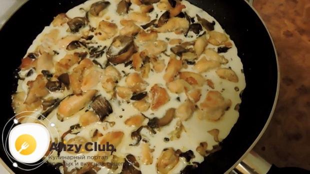 Для приготовления макарон с курицей и грибами добавьте сливки
