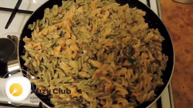 Для приготовления макарон с курицей и грибами смешайте ингредиенты