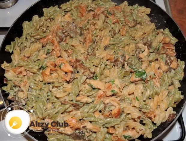 Для приготовления макарон с курицей и грибами подготовьте все ингредиенты