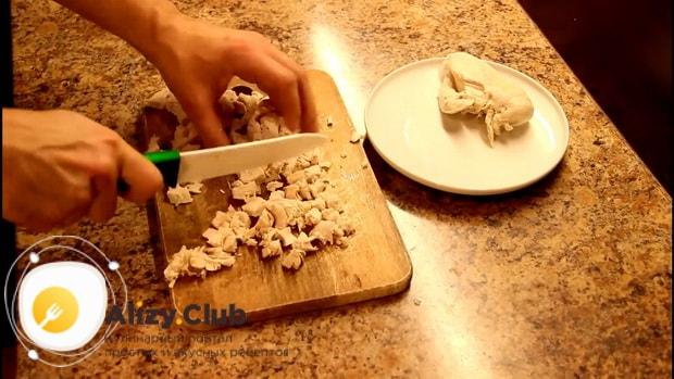 Для приготовления макарон с курицей в сливочном соусе, нарежьте мясо