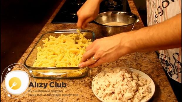 Для приготовления макарон с курицей в сливочном соусе, подготовьте форму