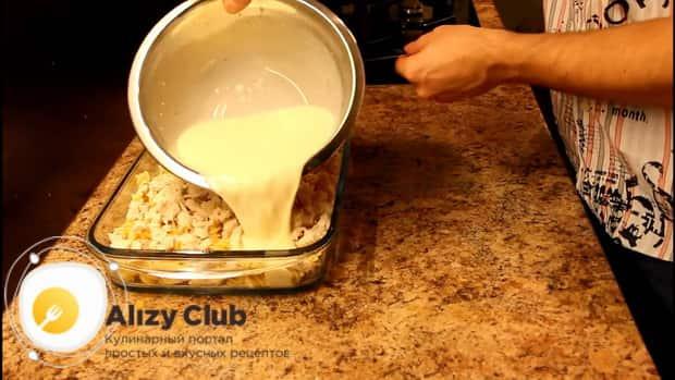 Для приготовления макарон с курицей в сливочном соусе, залейте макароны соусом