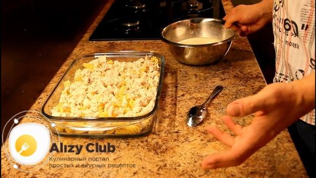 Для приготовления макарон с курицей в сливочном соусе, выложите ингредиенты слоями