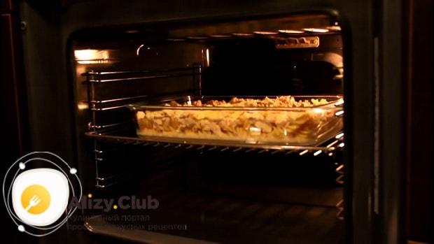 Для приготовления макарон с курицей в сливочном соусе, включите духовку
