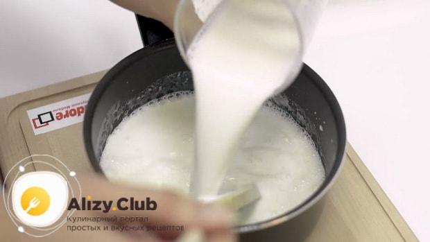 Для приготовления макарон с сыром в духовке даведите до кипения молоко