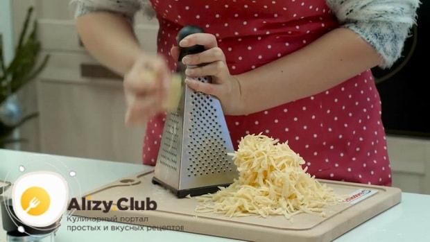 Для приготовления макарон с сыром в духовке натрите сыр