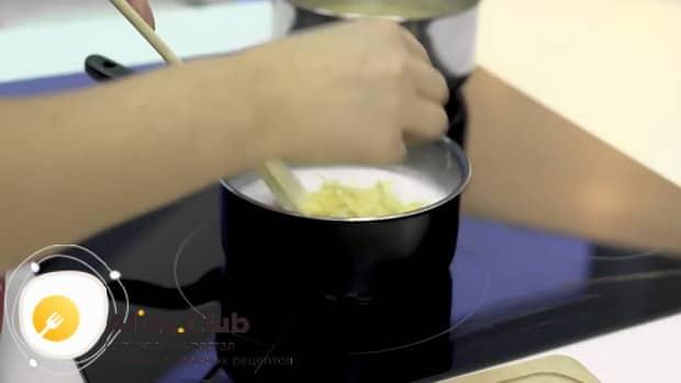 Для приготовления макарон с сыром в духовке заварите соус