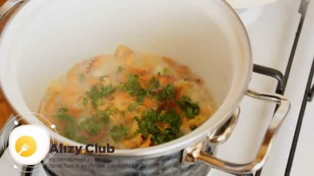 Для приготовления макарон с сыром нарежьте зелень