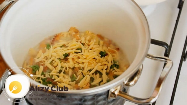 Для приготовления макарон с сыром натрите сыр