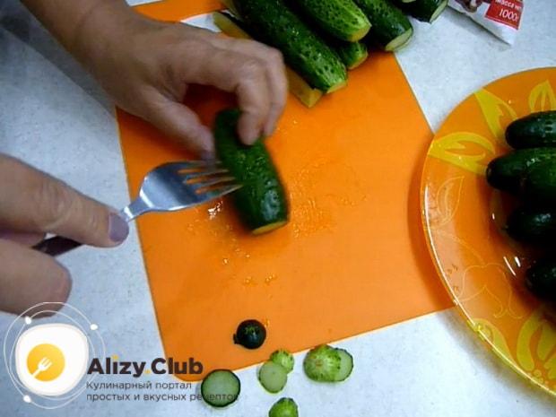 Для засолки огурцов в собственном соку подготовьте ингредиенты.