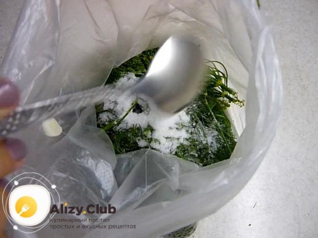 Для засолки огурцов в собственном соку добавьте соль
