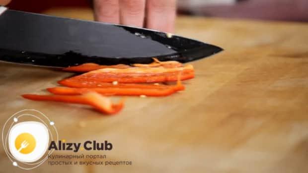 По рецепту для приготовления медальонов из индейки в духовке, нарежьте перец