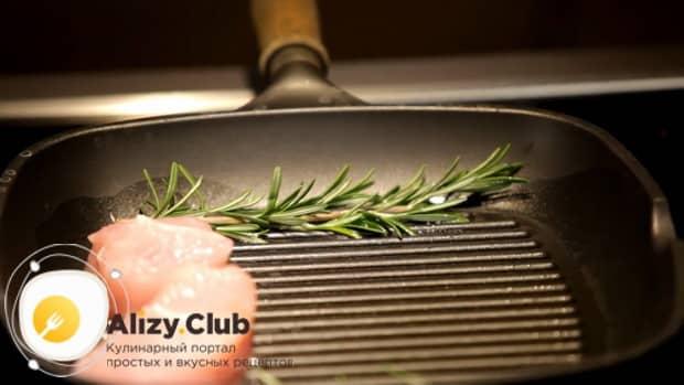 По рецепту для приготовления медальонов из индейки в духовке, выложите мясо