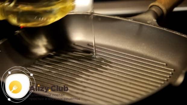 По рецепту для приготовления медальонов из индейки в духовке, разогрейте сковородку