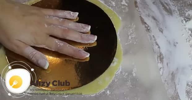 Для приготовления коржей для торта по простому рецепту, раскатайте коржи