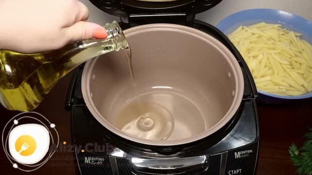Для приготовления жареной картошки, вылейте в чашу масло.