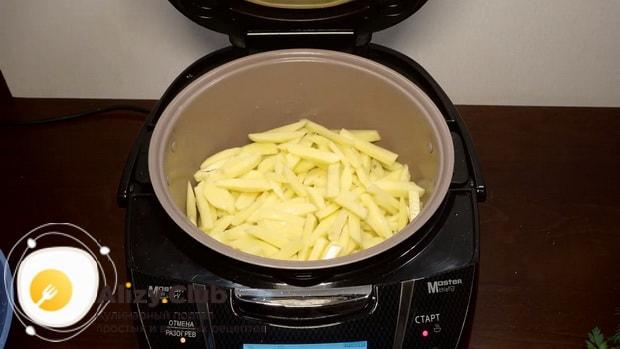 Для приготовления жареной картошки, обжарьте ингредиенты.