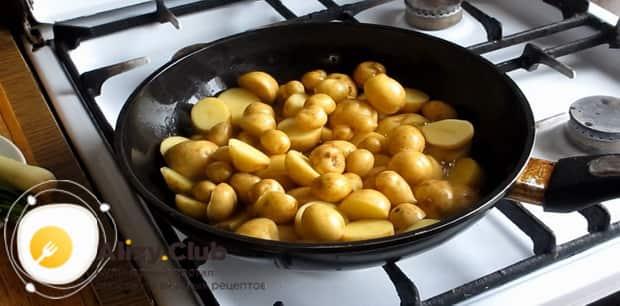 Для приготовления жареной картошки, разогрейте сковородку.