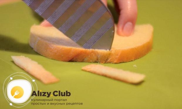 С одного кусочка белого хлеба срезаем корочку
