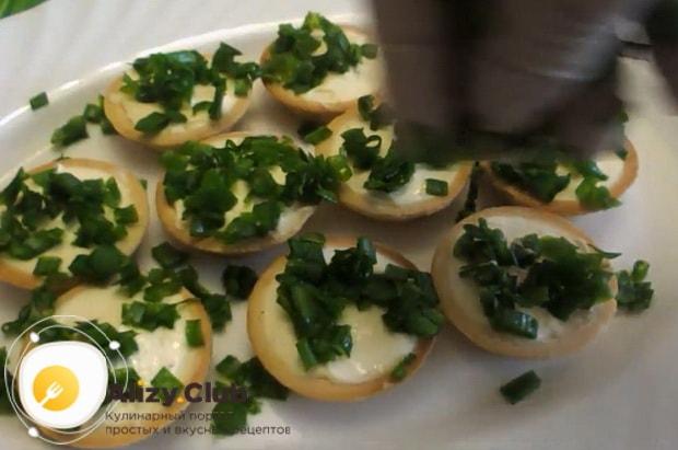 Для пригготовления тарталеток с грибами и сыром посыпьте луком