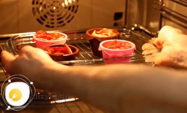 Для приготовления яичницы с беконом разогрейте духовку.