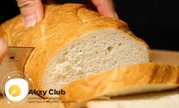 Для приготовления яичницы с беконом нарежьте хлеб.