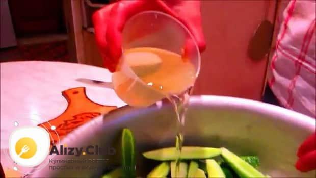 Для приготовления маринованных огурцов  в собственном соку на зиму, добавьте маринад