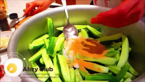 Для приготовления маринованных огурцов в собственном соку на зиму, добавьтеспеции