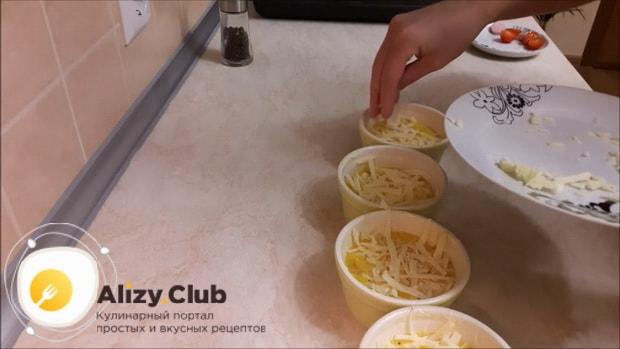Перед тем как сделать омлет с помидорами, посыпьте сыром.