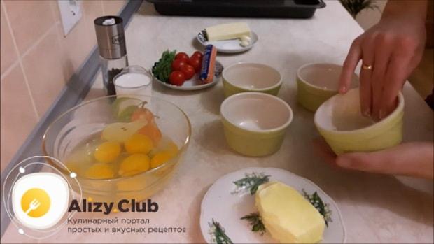 Перед тем как сделать омлет с помидорами, смажьте формы.