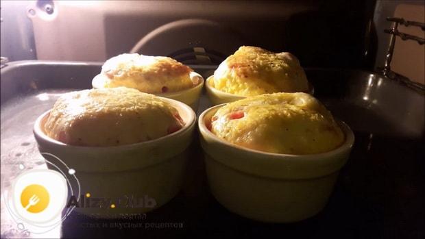 Перед тем как сделать омлет с помидорами, поставьте форму в духовку.