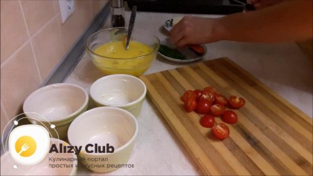 Перед тем как сделать омлет с помидорами, подготовьте все необходимое.