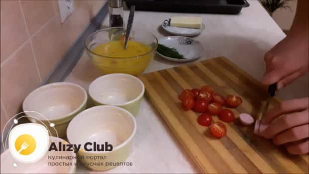 Перед тем как сделать омлет с помидорами, нарежьте колбасу.
