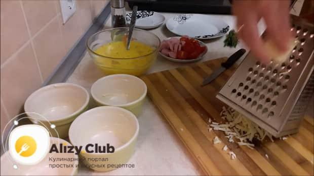 Перед тем как сделать омлет с помидорами, натрите сыр.