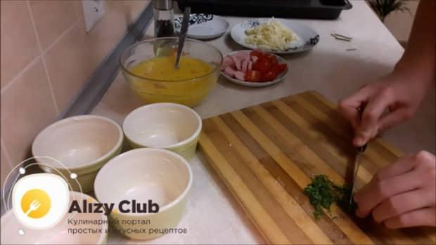 Перед тем как сделать омлет с помидорами, нарежьте зелень.