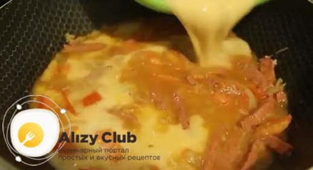 Для приготовления омлета с помидорами и колбасой на сковороде, соедините все ингредиенты.