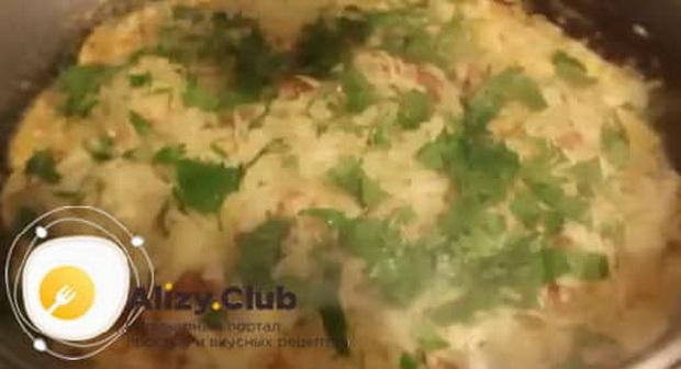 Для приготовления омлета с помидорами и колбасой на сковороде, добавьте зелень.